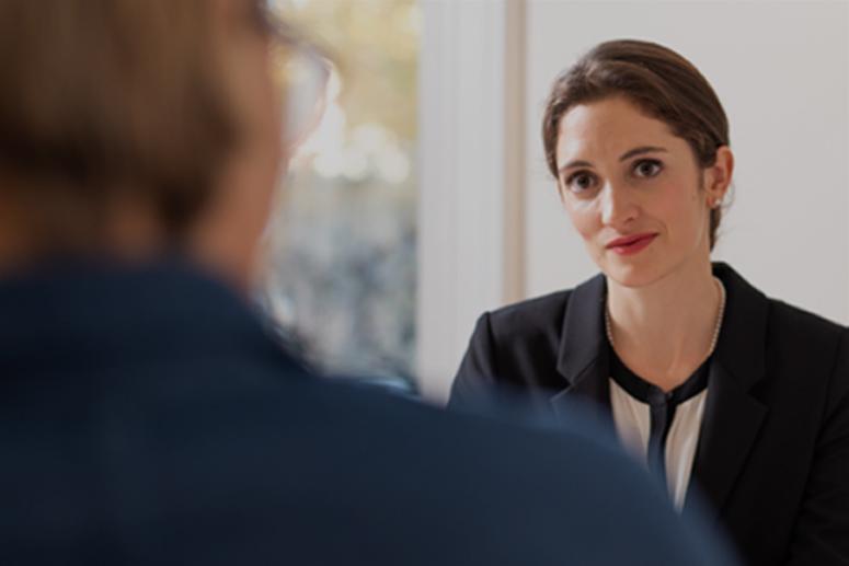 Sarah Klemm während eines Gespräches