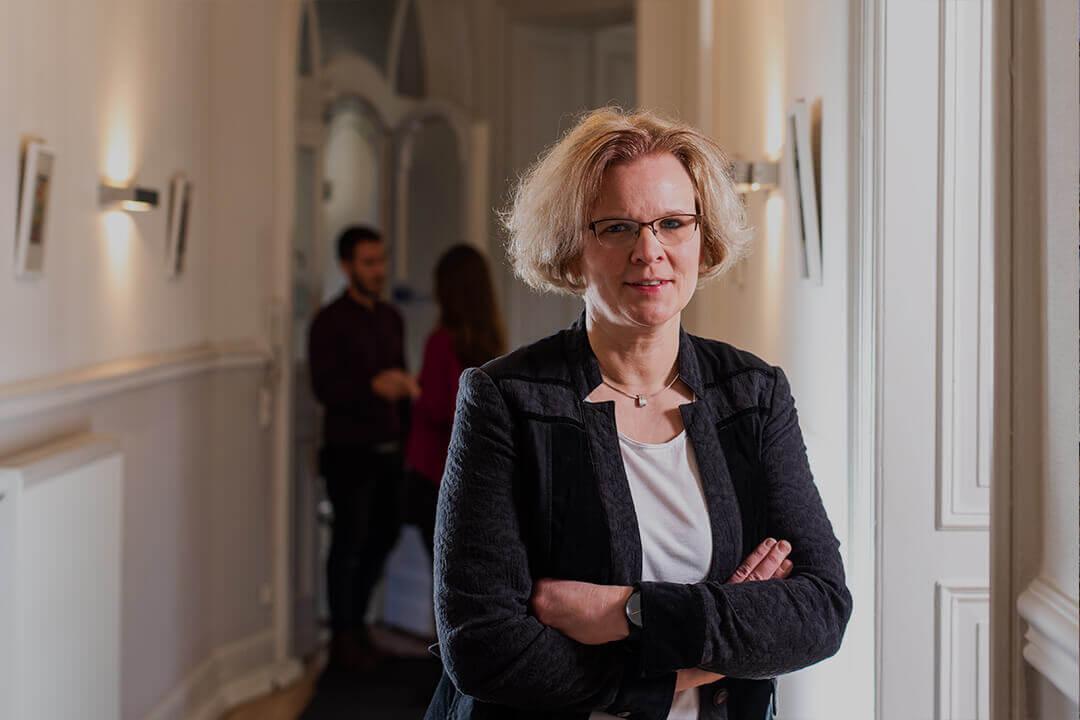 Sekreteriat Marion Riegel im Flur der Kanzlei