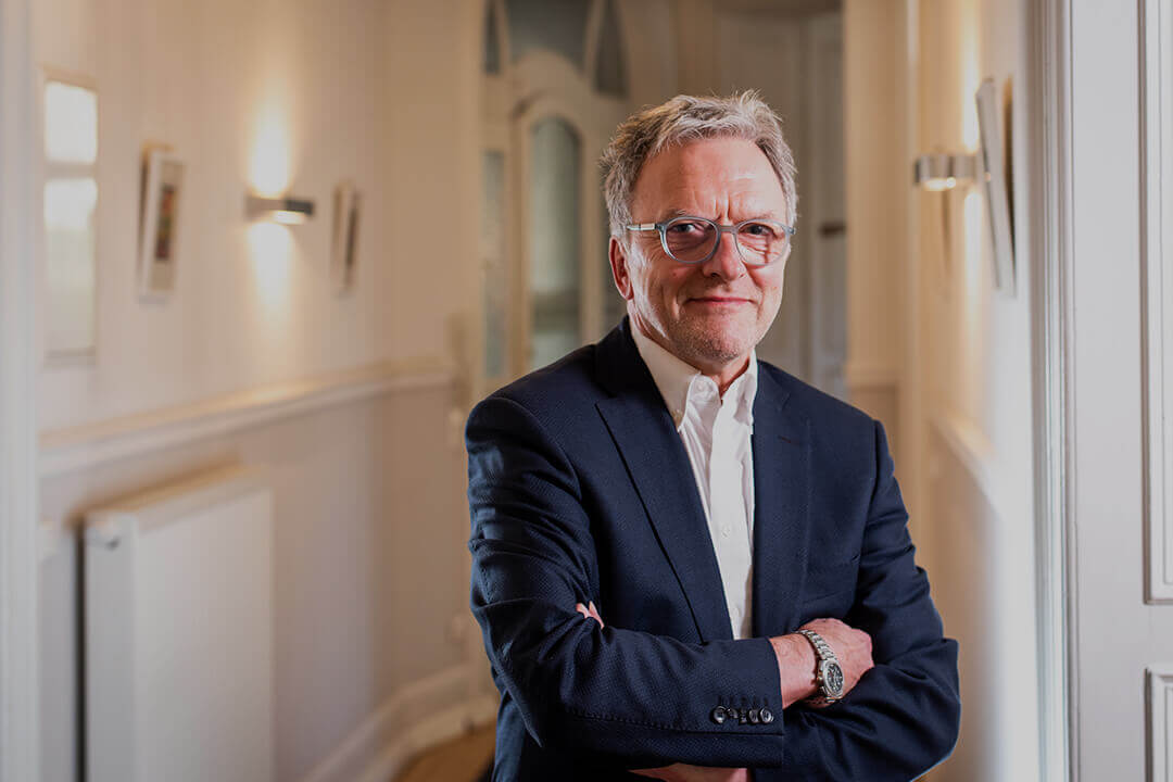 Rechtsanwalt Martin Klemm, Portrait im Flur der Kanzlei