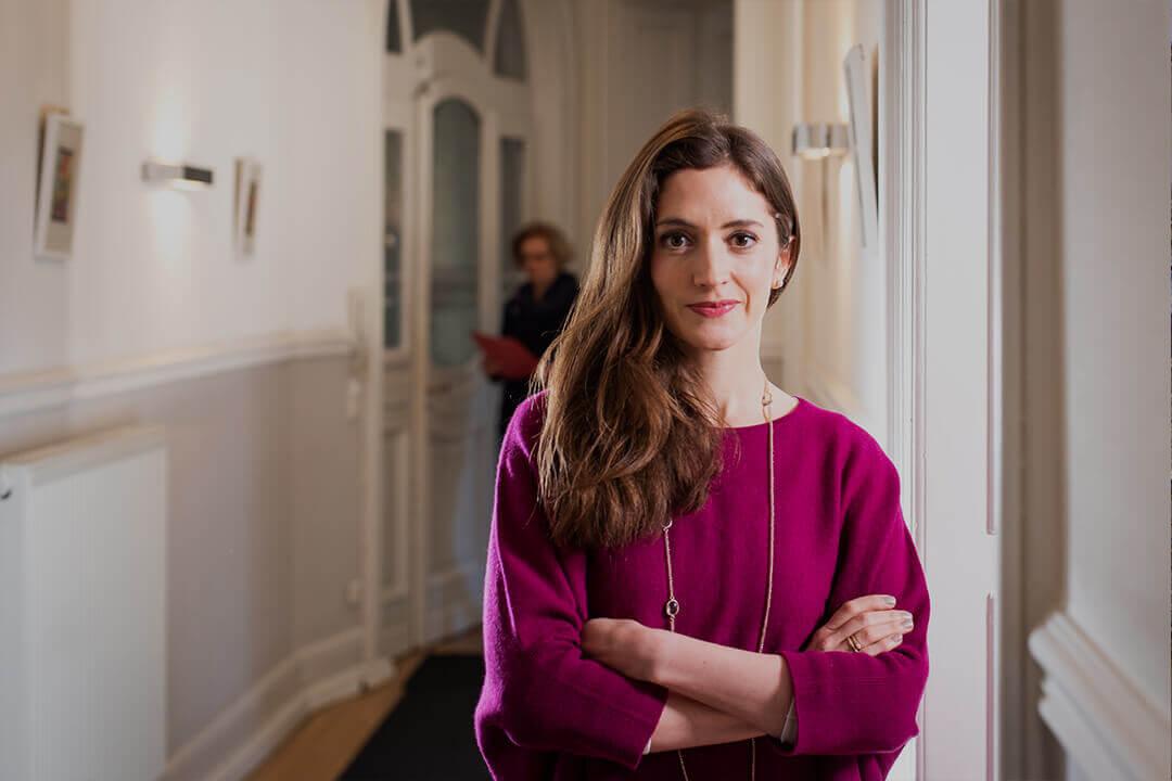 Rechtsanwältin Sarah Katharina Klemm, Portrait im Flur der Kanzlei